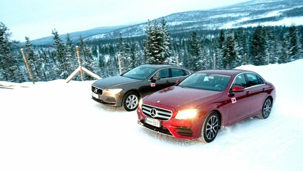SCORER HØYT: Både Volvo S90 og Mercedes-Benz E 220 (nærmest) får sterke testresultater i vinterkulda.