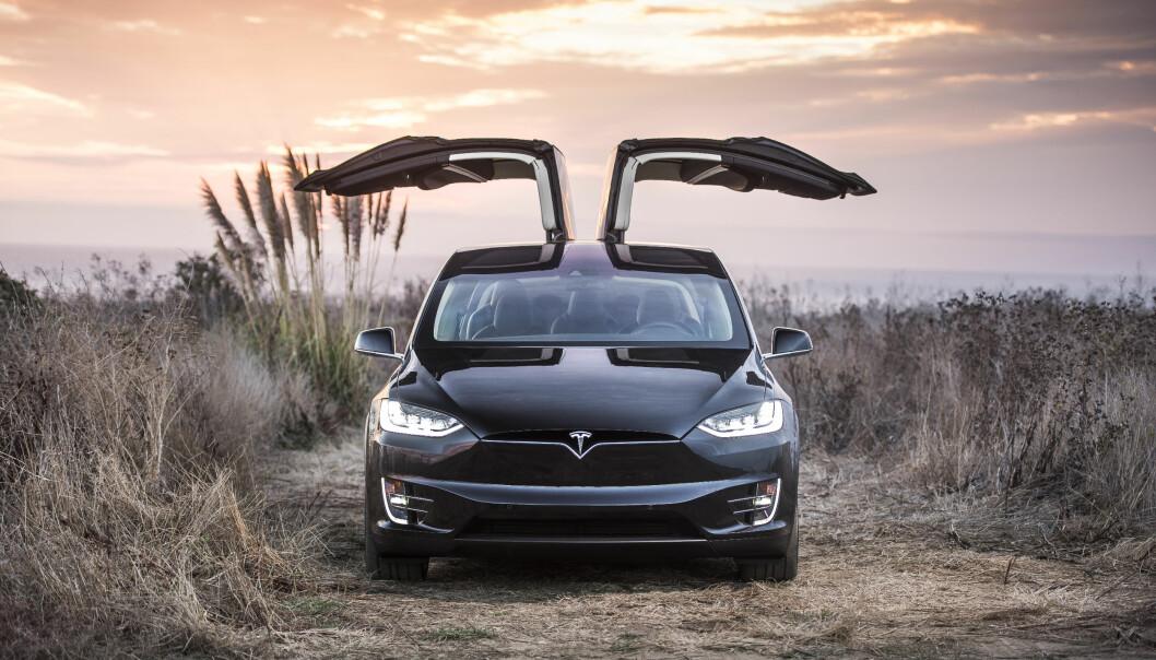 <strong>VINGESLEPP:</strong> Tesla hevder det ikke er noe feil med fjæringen på de aktuelle Model X (bildet) og S, men kaller likevel tilbake 30.000 eksemplarer for utbedring.a