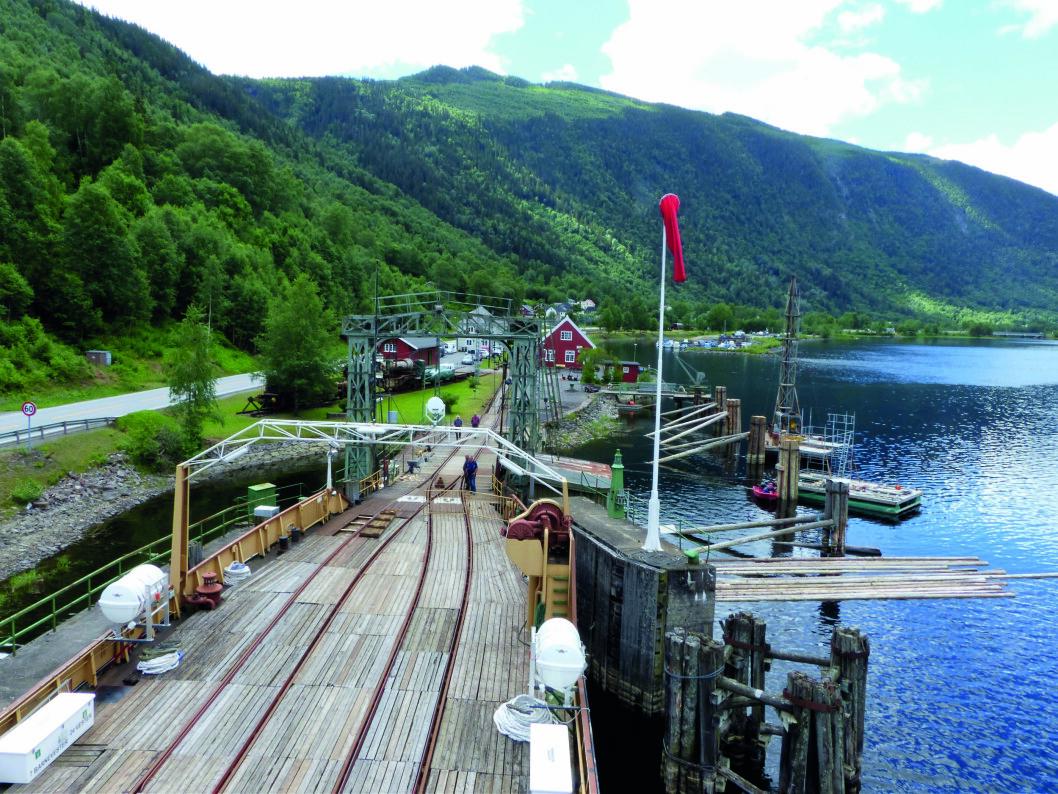 PLANKEKJØRING: Mæl stasjon fra broen på fergen Storegut.