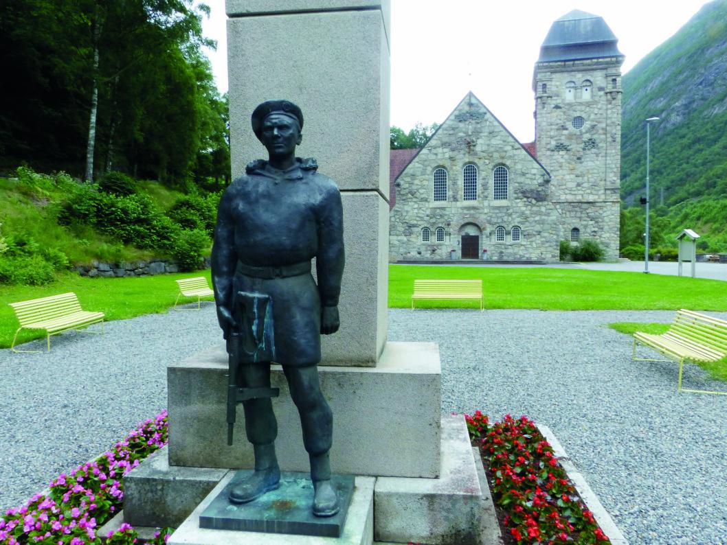 ALLTID BEREDT: Soldat på vakt ved Rjukan kirke.