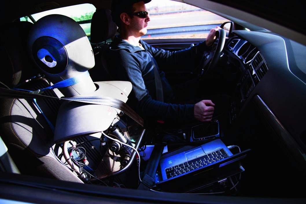BEST I TEST: Når vi tester skal flere testsjåfører gjøre en subjektiv evaluering av dekkenes oppførsel på asfaltbanen. Foto: Lasse Allard