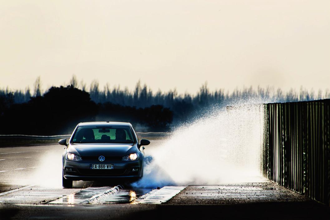 HARD KONKURRANSE: Bridgestone og Wanli er begge svært nær 80 km/t før grepet slipper. Foto: Lasse Allard