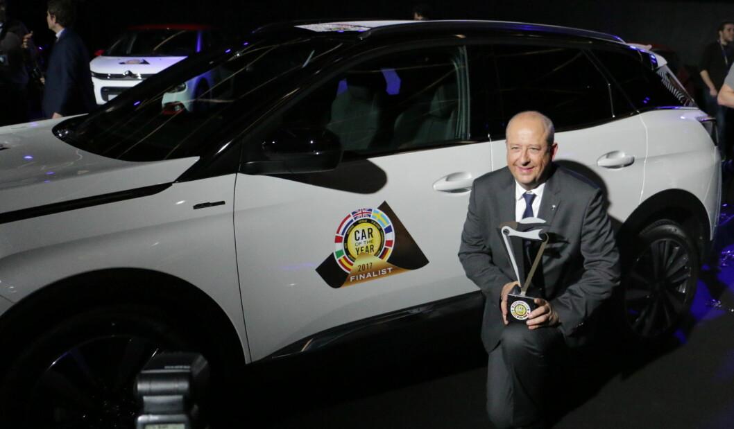 PRISVINNER: Peugeot-sjefen Jean-Philippe Imparato var strålende fornøyd med «Car of the Year»-utmerkelse for selskapets 3008-modell. Foto: Peter Raaum