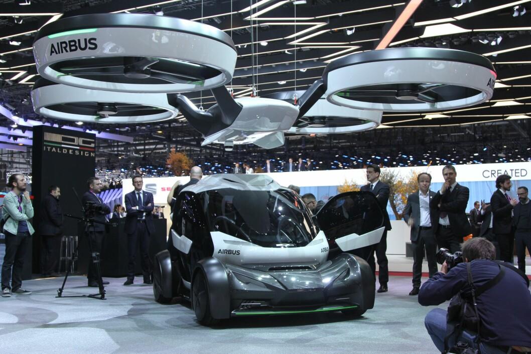 AIRBUS DRONE: Airbus har utviklet denne toseters bybilen, der passasjerene sitter i en kapsel på toppen av drivverket. Blir du sittende i en kø kommer en drone på fem ganger fem meter, tar tak i kapselen og løfter den forbi køen. Foto: Rune Korsvoll