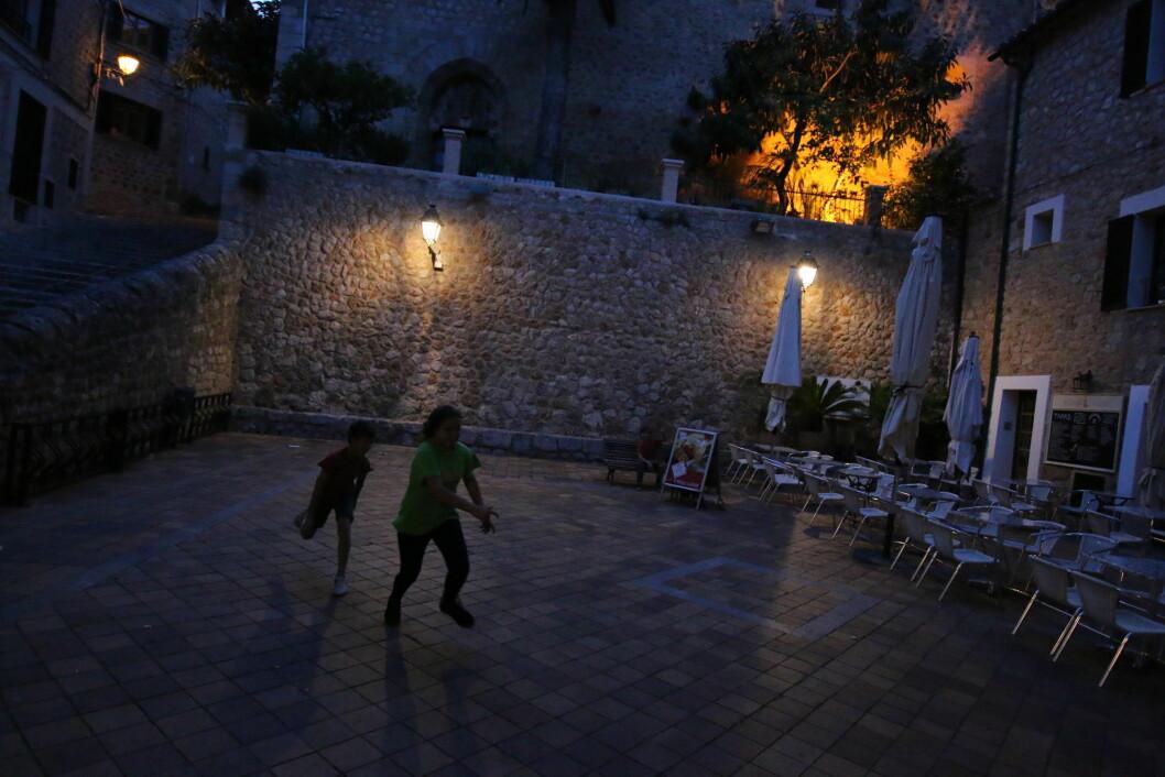 GØY PÅ TORGET: Ungene har plass til å leke sisten på torget i Fornalutx, en av de mange landsbyperlene på Mallorca. Foto: Peter Raaum