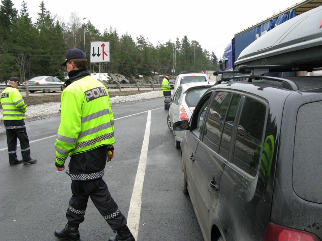 PRIKK-PRIKK: Nesten alle vet at politiet kan gi prikker ved trafikkforseelser. Omlag halvparten av de spurte i en undersøkelse tror feilakig at også Statens Vegvesen har lov til å prikkbelaste deg. Foto: Justis- og beredskapsdepartementet