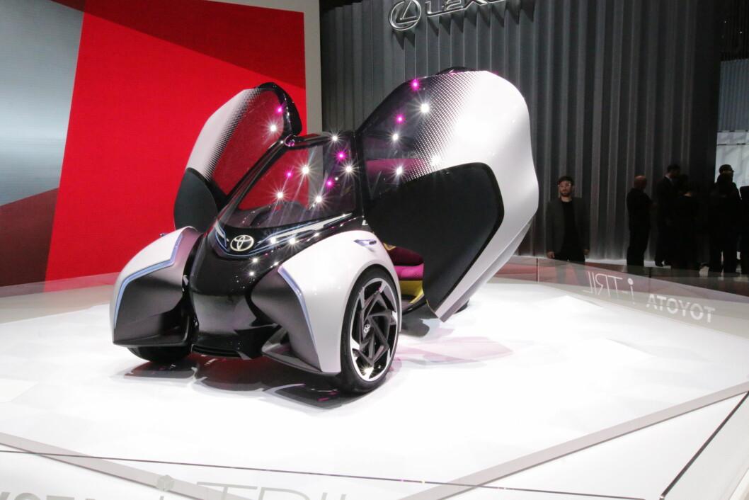 VELKOMMEN? Det vil gå tid før Toyotas konseptbil i-TRIL får en framtredende plass i den norske bilparken, helt uavhengig av om Toyota velger å sette bilen i produksjon. I 2025 vil stadig klassiske fossilbiler være i flertall. Foto: Peter Raaum
