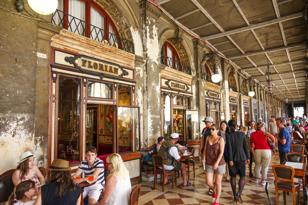 HISTORIE: Caffé Florian på Markusplassen i Venezia ble åpnet i 1720, og regnes som Europas eldste kafé. Foto: Shutterstock