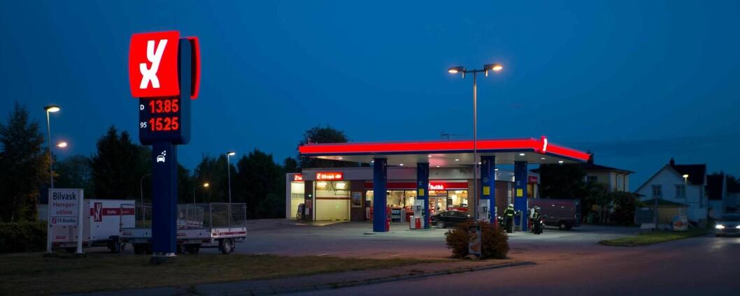 TOPPNIVÅ: Vi kjøpte neste 10 prosent mindre bensin i februar 2017 enn i februar 2016. Men ekspertene tror ikke prisen er forklaringen.