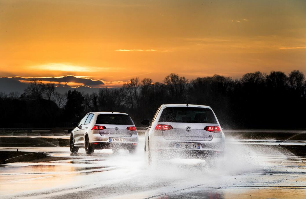 FARLIG FØRE: Våt vei er det farligest underlaget for sommerdekk. De avslører ikke sine virkelige egenskaper før du er midt oppe i en kritisk situasjon. Foto: Lasse Allard