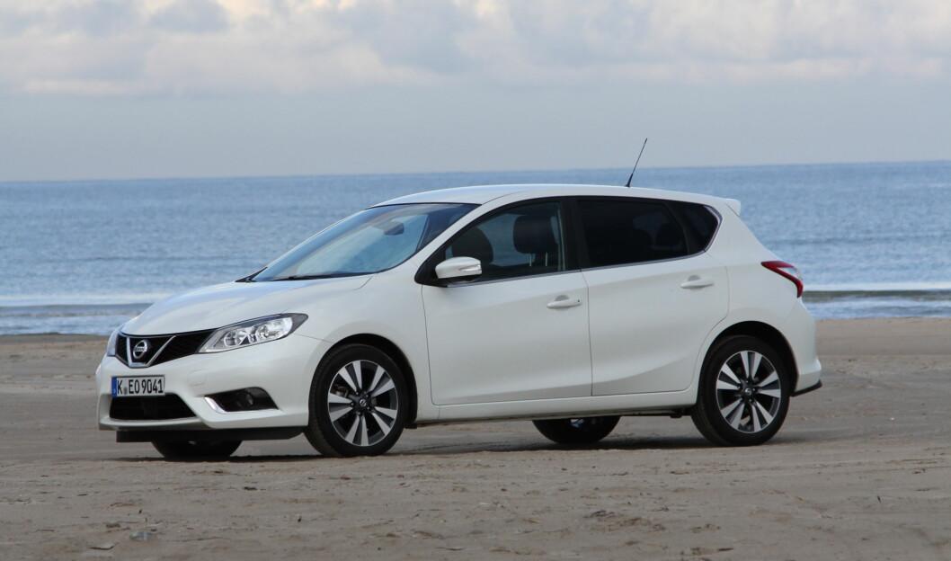 STOR BIL: Nissan Pulsar er en av de største bilene i klassen, men koster mindre enn mange konkurrenter. Foto: Rune Korsvoll