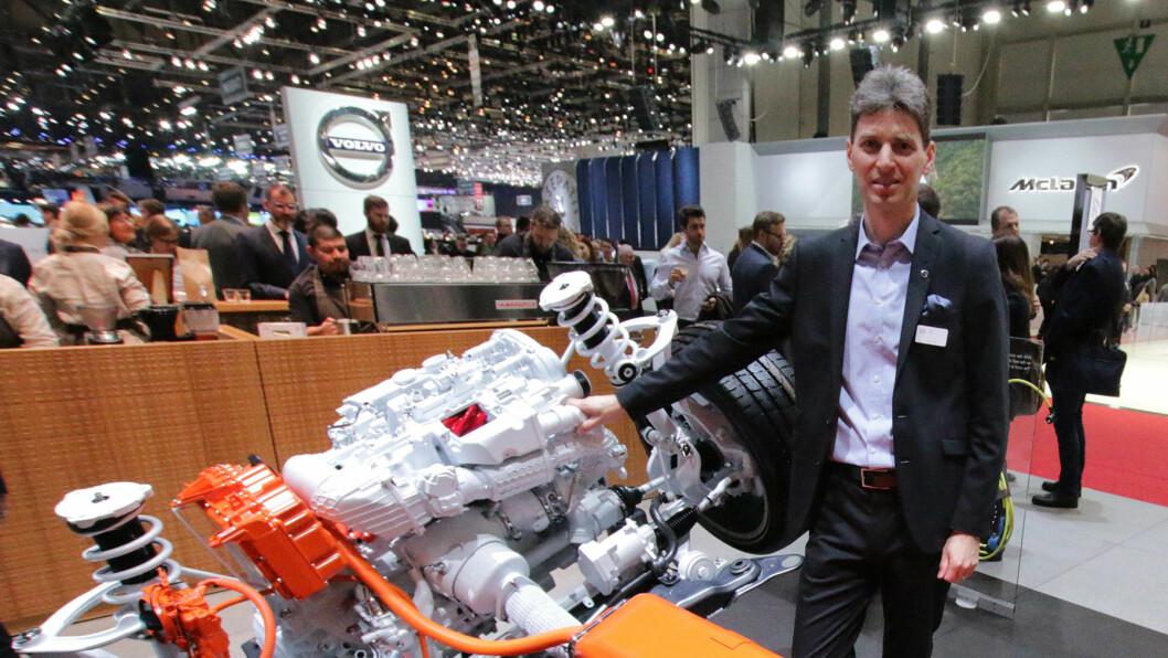 FINT DRIV: Prosjektleder Olle Fast i Volvo med hybriddrivlinjen T8 som har satt fart i Volvo-salget. Foto: Peter Raaum