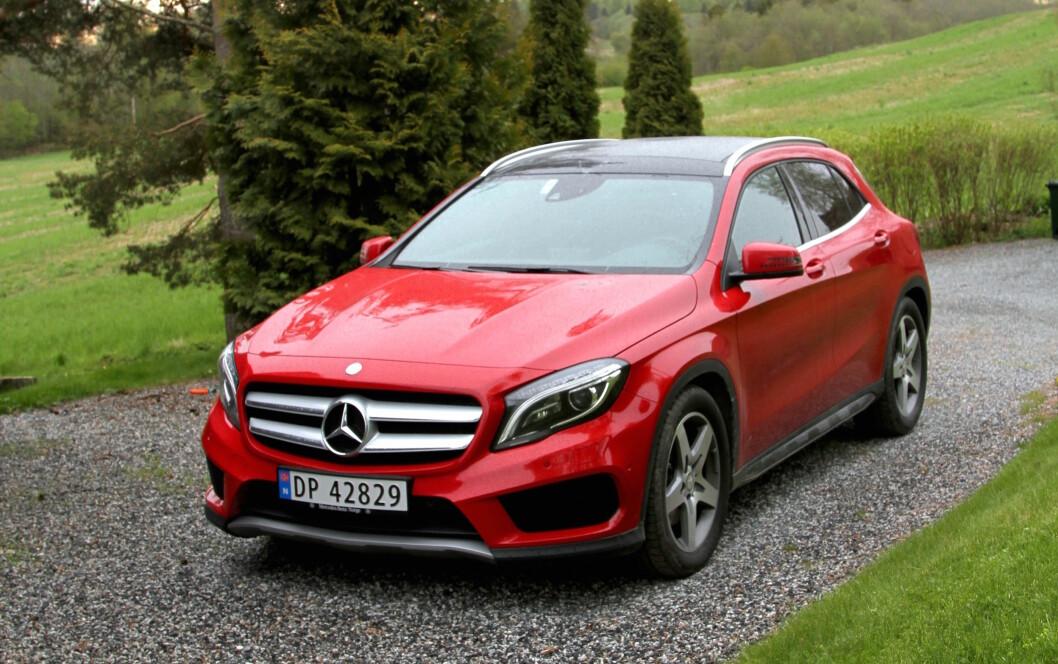SPORTSLIG. Nye Mercedes GLA er en av de sportsligste, små SUV-ene på markedet. Men den er relativt dyr. Foto: Rune Korsvoll