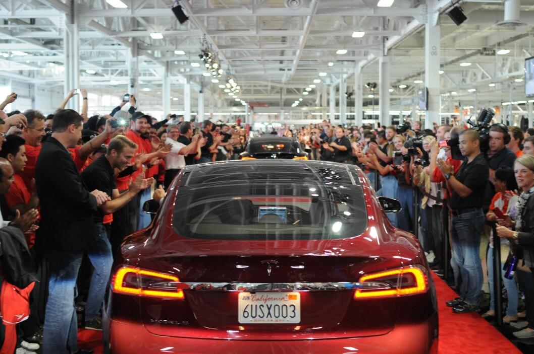 KINA NESTE: Tesla, her med en Model S fotografert på en parade i selskapets fabrikk i Freemont, USA; har fått en kinesisk storeier. Foto: Steve Jurvetson/Flickr