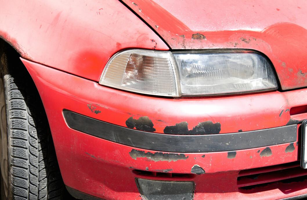 STOR FORSKJELL: Rust på seks til åtte år gamle biler dreier seg mest om lakkrust, men kan også omfatte rustskader på eksosanlegg eller større rustskader. Foskjellen mellom de beste og dårligste bilene er stor. Foto: Colourbox