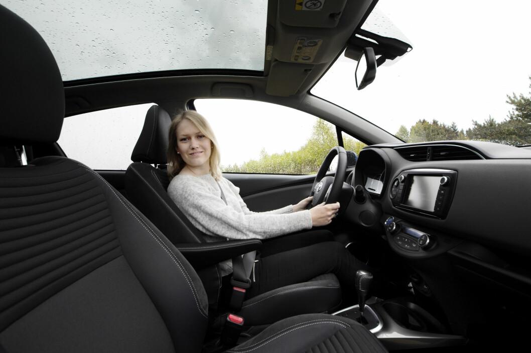 KVINNER VELGER ELEKTRISK: Lille Toyota Yaris Hybrid er en favoritt blant kvinner, når ny bil skal kjøpes. Nesten alle de ti mest populære kvinne-bilene har en eller annen form for elektrifisering. Foto: Nina Ruud
