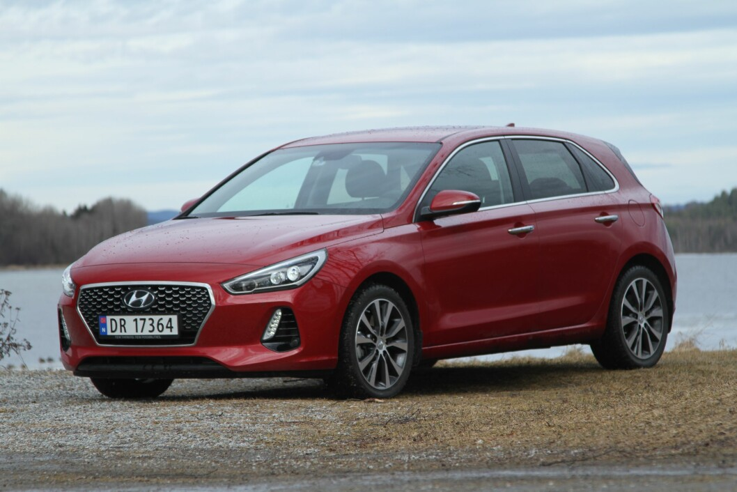 SLÅR GOLF: – Nye Hyundai i30 er blitt så komfortabel og lettkjørt at den fint tåler sammenlikningen med VW Golf. Når det gjelder utstyr, slår den knockout på de fleste. Foto: Rune Korsvoll