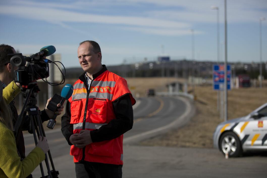FORTSATT BOM: Samferdselsminister Ketil Solvik-Olsen i intervju med NRK i forbindelse med stengningen av bomanlegget på E16 ved Nybakk i slutten av mars. Foto: Espen Røst