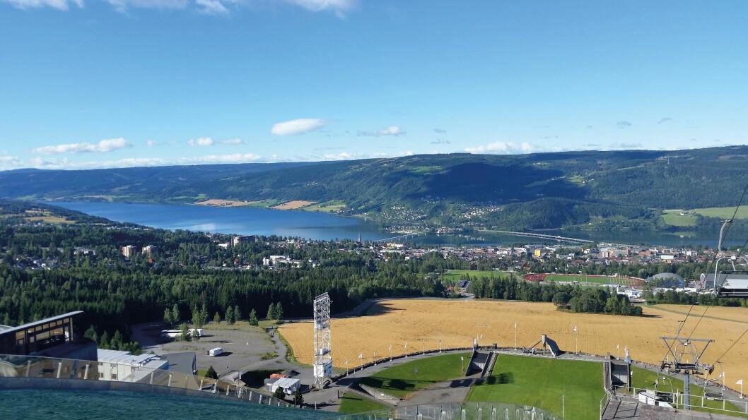 OL-BYEN: Etter OL i 1994 har Lysgårdsbakkene hoppanlegg blitt et viktig besøksmål og utsiktspunkt. Foto: Reidar Stangenes