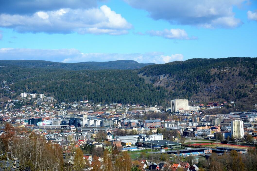 EN EVIGHET I DRAMMEN: Fra Drafnkollen har du oversikt over store deler av Drammen og marka bakenfor. I løpet av noen år har denne byen utviklet seg til et meget interessant stoppested langs en flott elv. Foto: Per Roger Lauritzen
