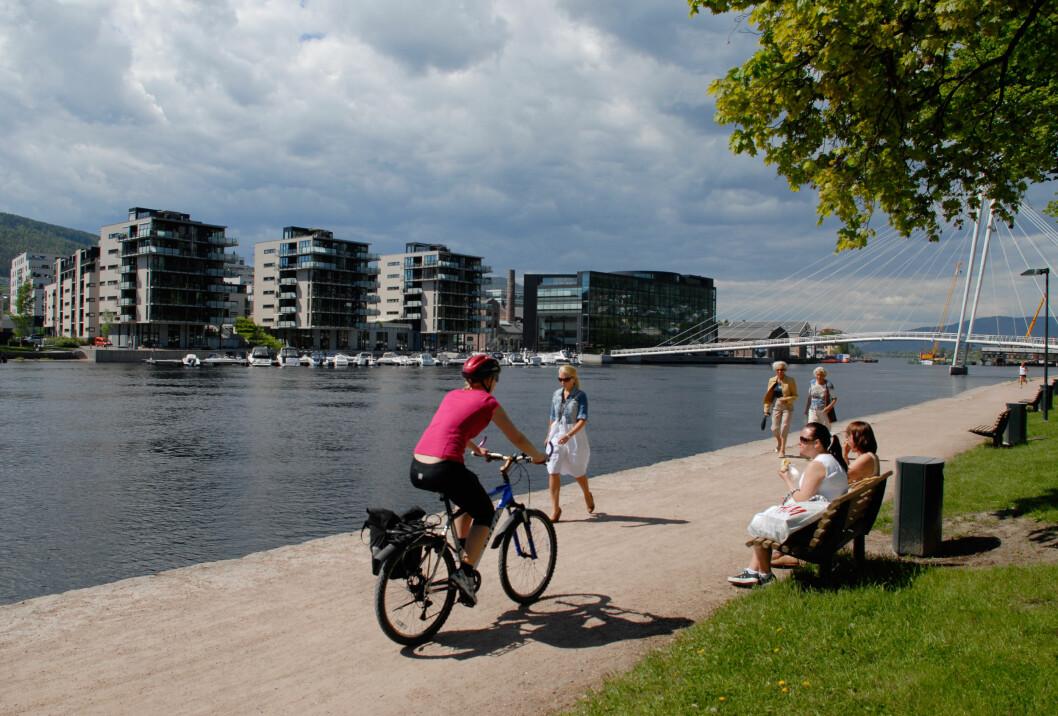 ELVEBYEN: Stadig flere tar turen langs Drammenselva både til fots og på sykkel. Foto: Norsk Friluftsliv