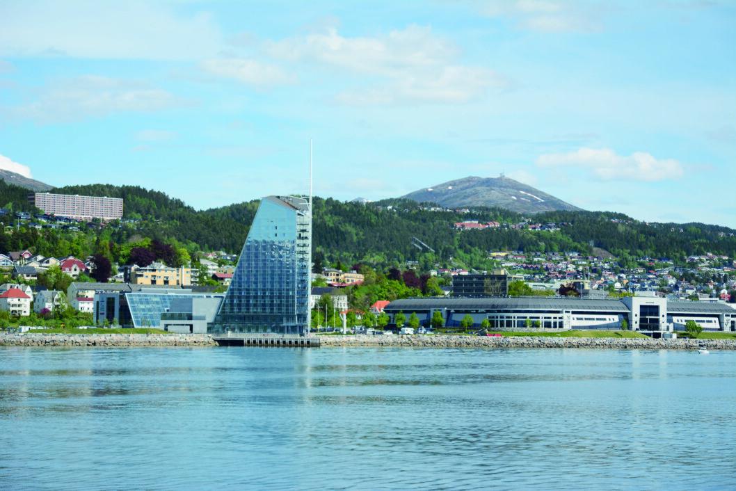NY BY: Det moderne Molde med Bjørnsonhuset, Scandic Seilet og Aker stadion. Foto: Per Roger Lauritzen