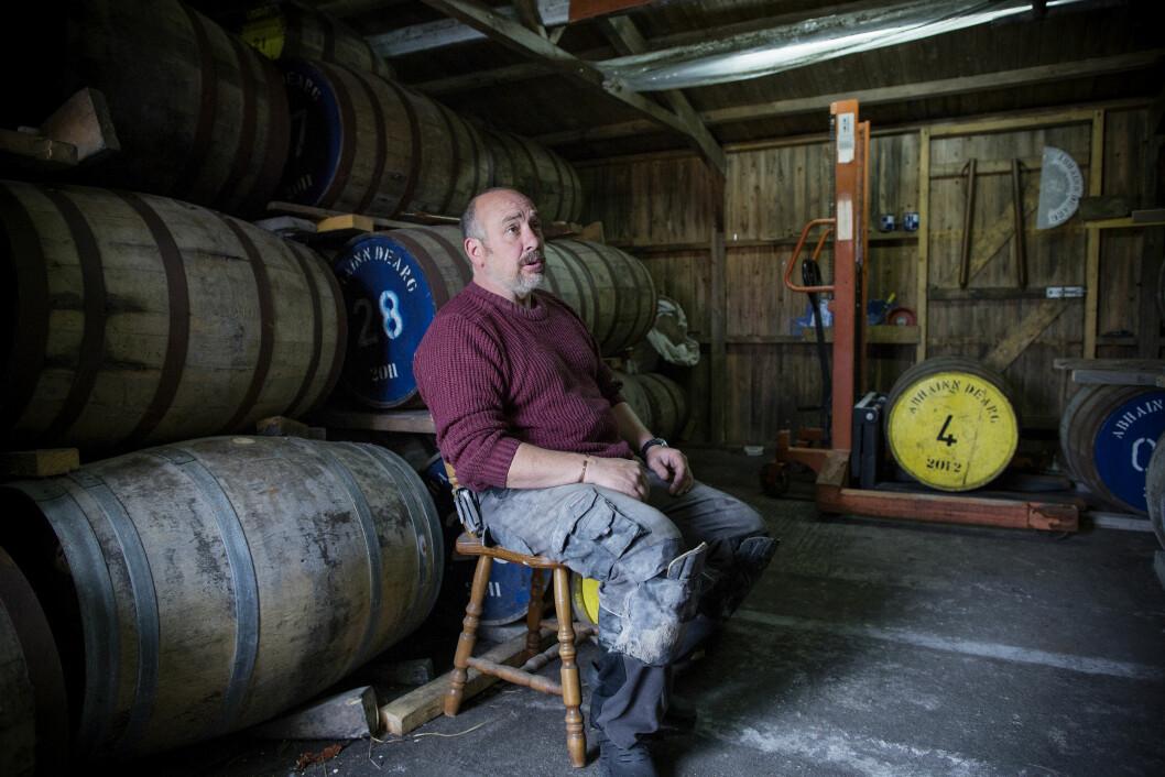 PÅ FAT: God whisky skal lagres minst 10 år på fat. Produsent Mark Tayburn har tid til å vente