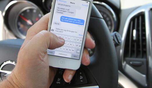 Regjeringen vil øke bøtene for mobilbruk i bil