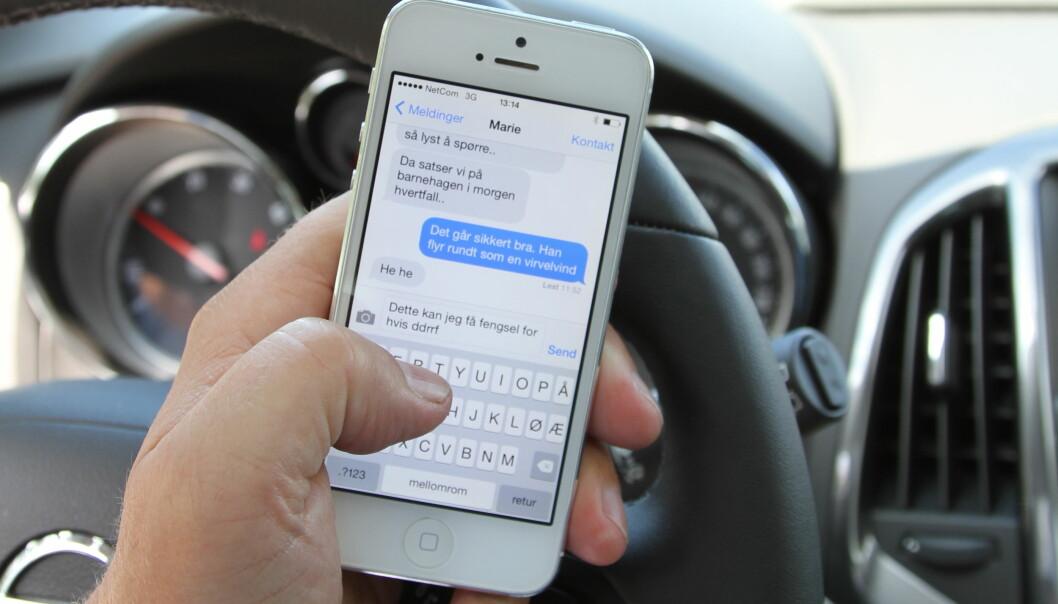 ET LØFT FOR MYE: Teksting er definitivt forbudt, men det kan koste deg dyrt å bare løfte mobilen mens du kjører.