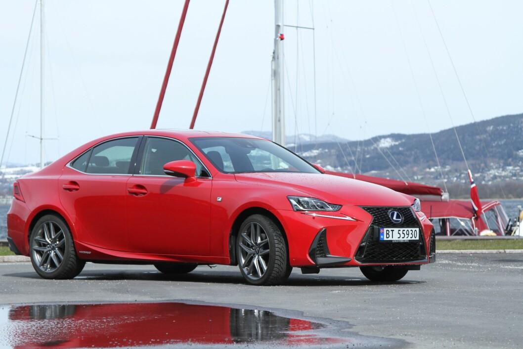 SPORT OG KOMFORT: Lexus IS 300h gir deg mer komfort enn sport, men det passer bra for norske veier. Foto: Rune Korsvoll