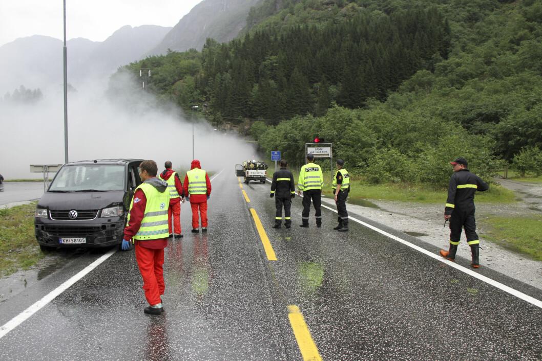 TUNNELBRANN: Hjelpemannskaper ved det sørlige utløpet av Gudvangatunnelen under brannen 5. august 2013. Foto: Einar Morland