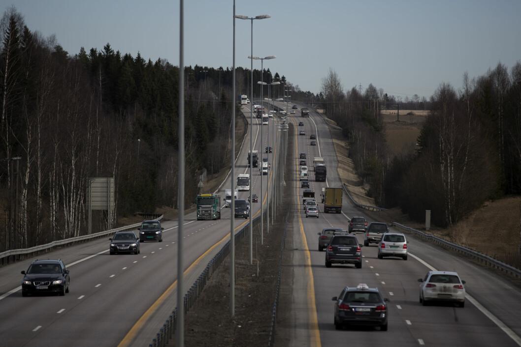 KLAR MED BRIKKENE: Bilistene i Oslo og Akerhus, som her på hovedinnfartsåren E6 nord for Oslo, skal betale over 73 milliarder i bompenger for å dekke Oslopakke 3. Foto: Espen Røst