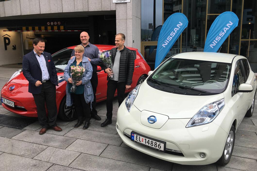FØRST OG SIST: Jens Kirkebø (t.h.) kjøpte den første kundeutgaven av Nissan Leaf i Norge, mens Ann Cathrine Bjerring Pedersen og Freddy Pedersen i dag fikk Leaf nummer 30.000. Nissans kommunikasjonssjef i Norge, Knut Arne Marcussen, til venstre.