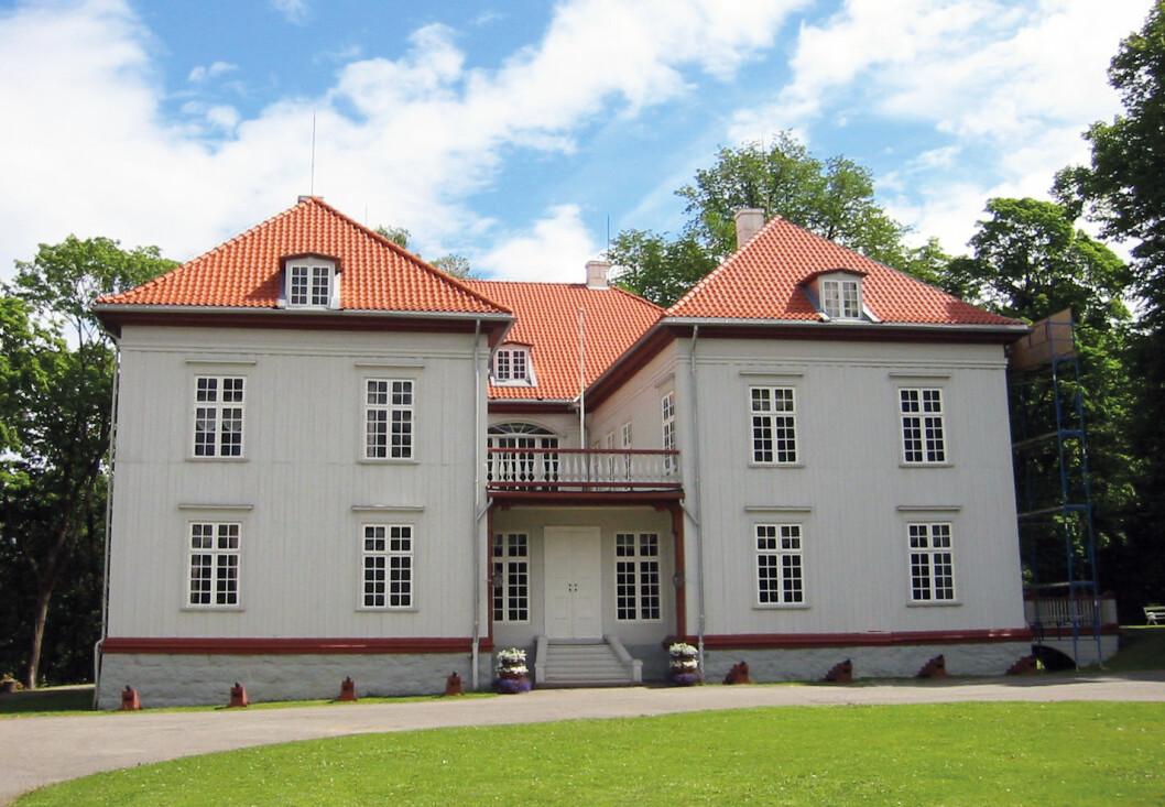 HISTORISK GRUNN: Eidsvollsbygningen, der den norske Grunnloven skrevet og vedtatt i 1814. Foto: Wikipedia