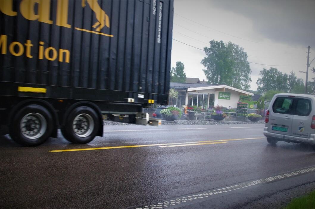 NORSK STANDARD: Dette er veistandarden på E18 bare to-tre mil fra Oslo sentrum. Trafikken dundrer forbi på smal tofeltsvei. Foto: Geir Røed
