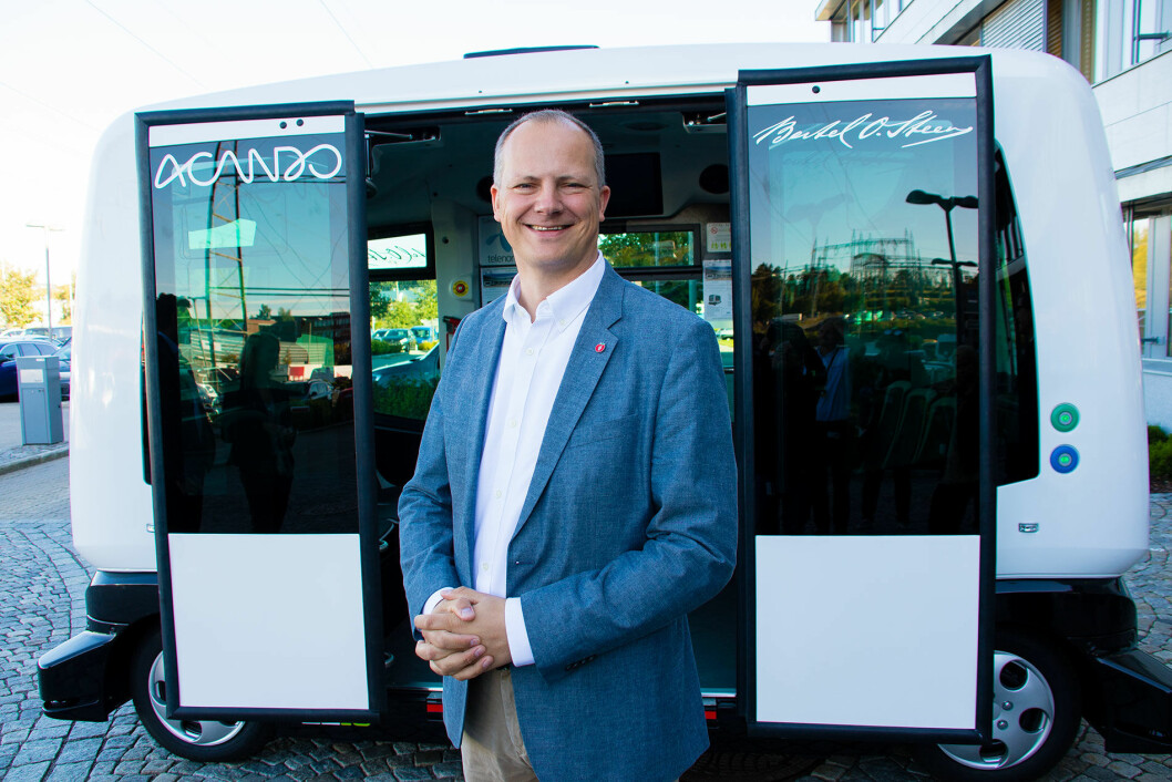 KLAR FOR TUR: Samferdselsminister Ketil Solvik-Olsen foran en selvkjørende buss. Foto: Tor Livius Midtbø/SD