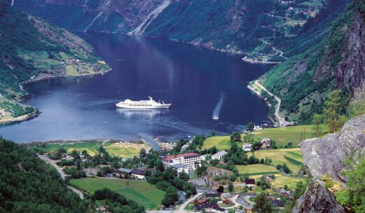 Utsikter i kø fra Dalsnibba til Hellesylt