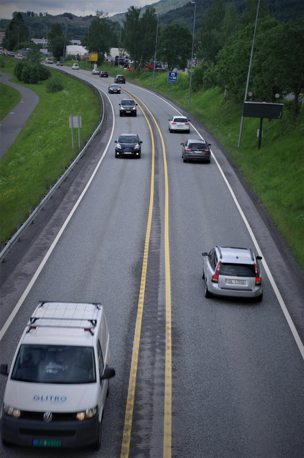 MØTEVEI: Slik ser E134 ut forbi Mjøndalen: Høy trafikk på vei med bare to felt og ingen midtdelere. Foto: Geir Røed