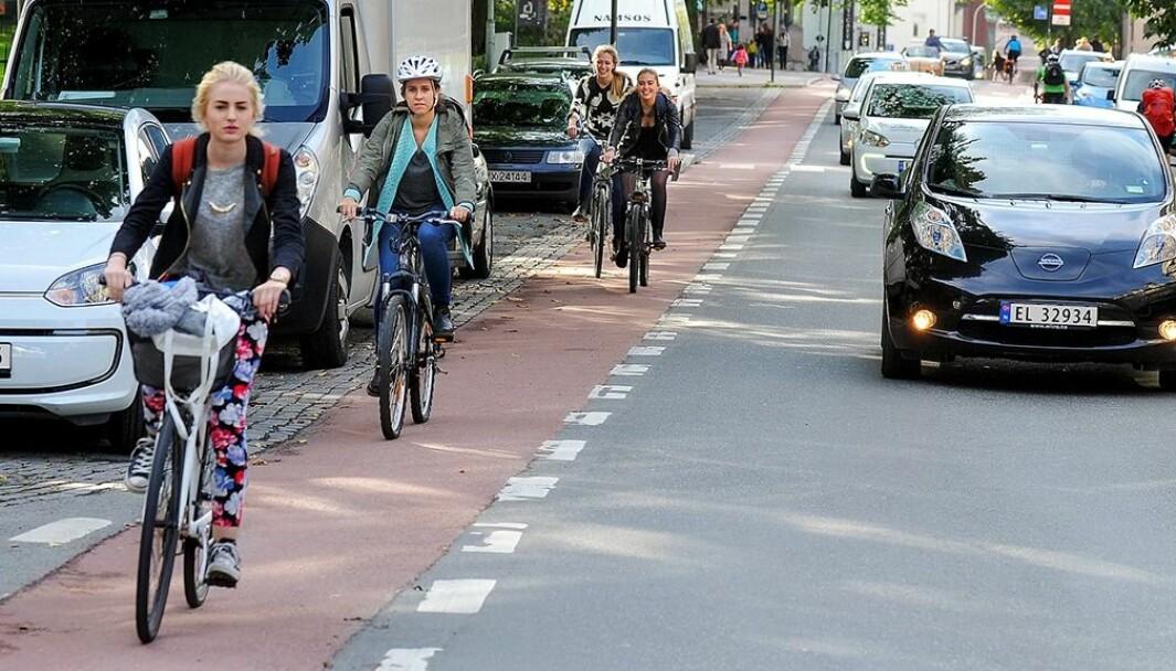 RØD LØPER: Syklister og bilister i Bispegata i Trondheim.