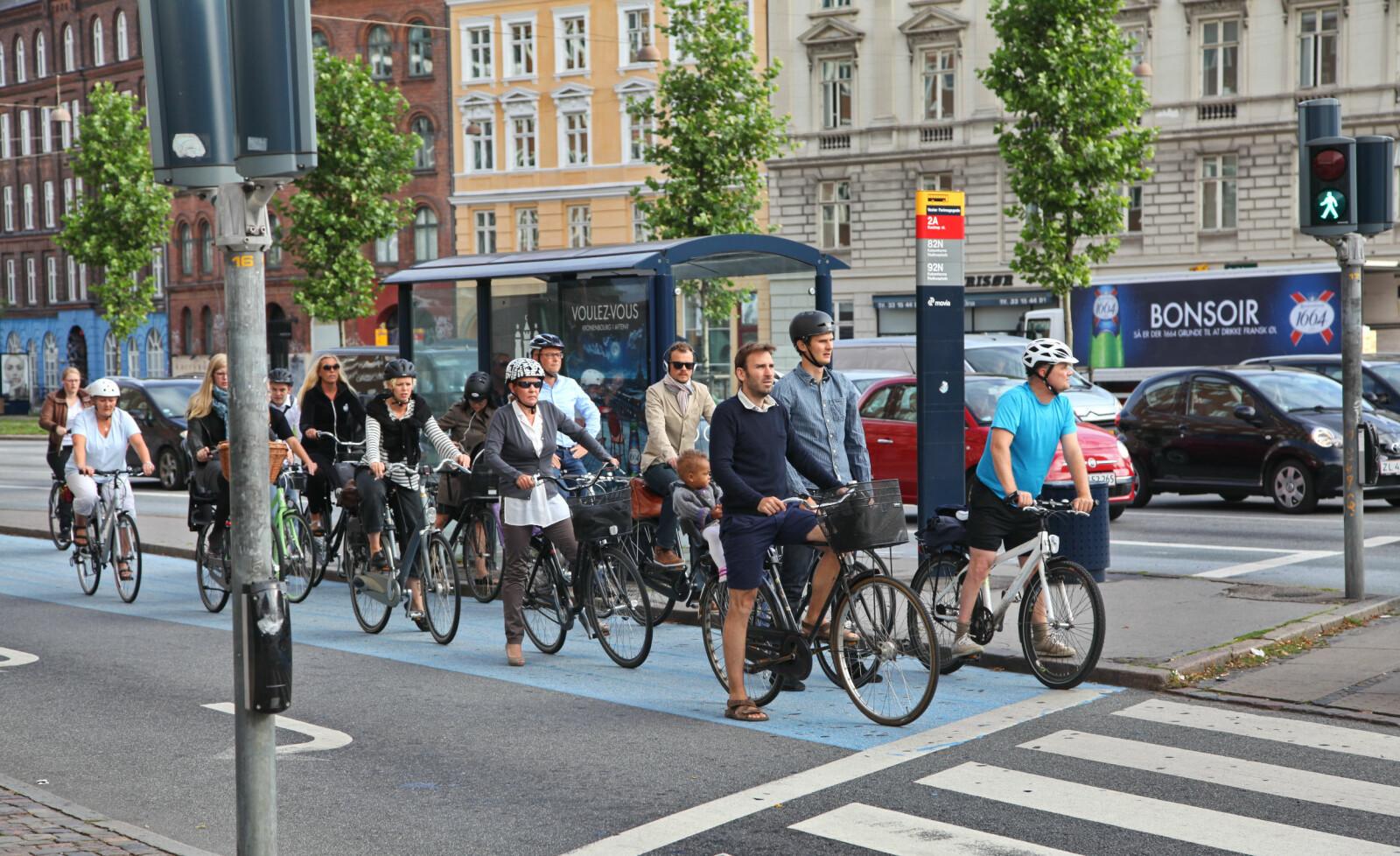 DANSKE TILSTANDER: Syklister venter på grønt lys i København. Foto: Shutterstock