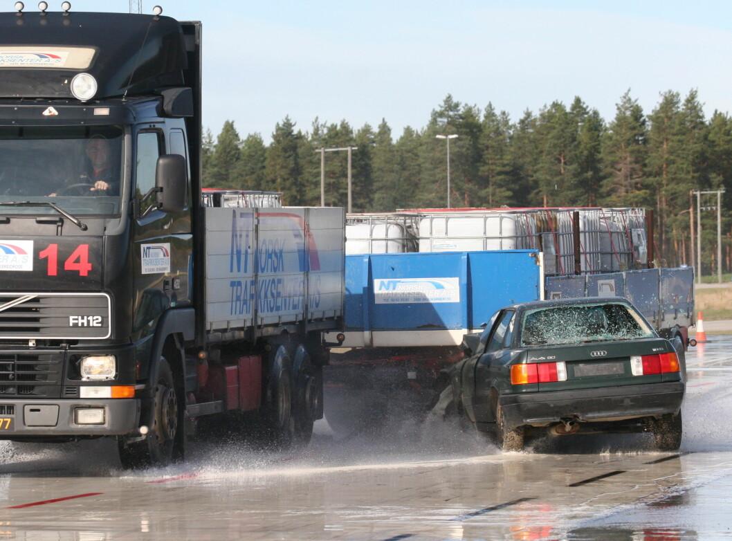 DÅRLGE VEIER: Dårlige veier og spredt utbygging av industri er de viktigste årsakene til de mange dødsulykkene som involverer tunge kjøretøyer, ifølge TØI. Bildet er arrangert. Foto: Rune Korsvoll