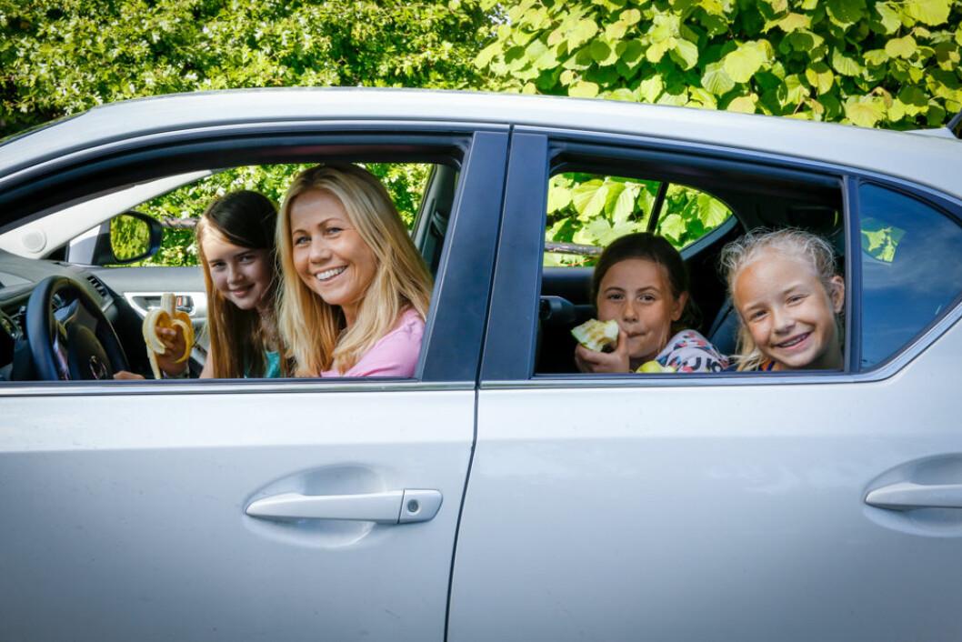 SUNT OG GODT: Ernæringsfysiolog Tine Sundfør har gode råd for at barn skal få mot på tur. Her med datteren Sofie, niesen Vilde og deres venninne Emma. Foto: Mette Randem