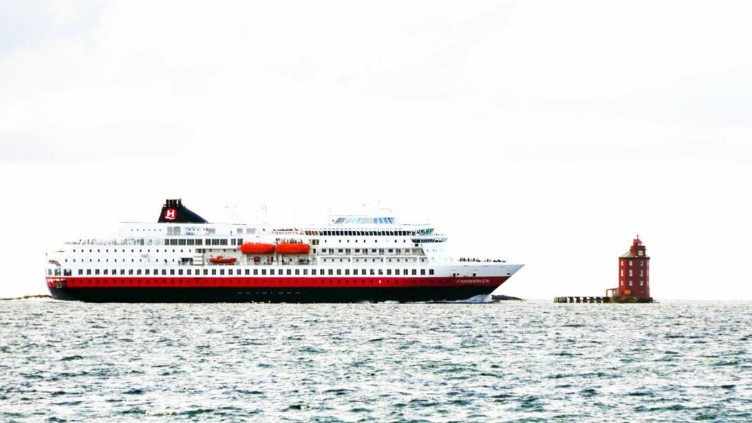 NÆRE, NÆRE…: Heldigvis kommer ikke Hurtigruta så nær som det kan se ut når den passerer Kjeungskjær fyr.