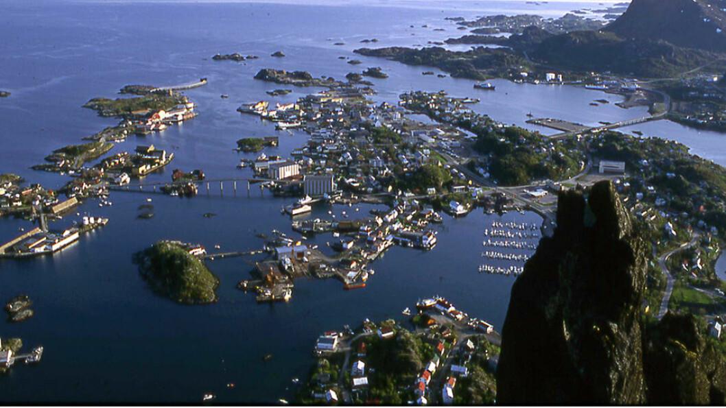 Svolvær ligger som en lun havn med utsikt mot havet.