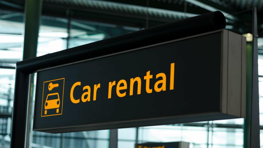 FØLG SKILTET: Det er oftest litt billigere å leie bil på flyplasser andre steder. Foto: IJzendoorn/Shutterstock