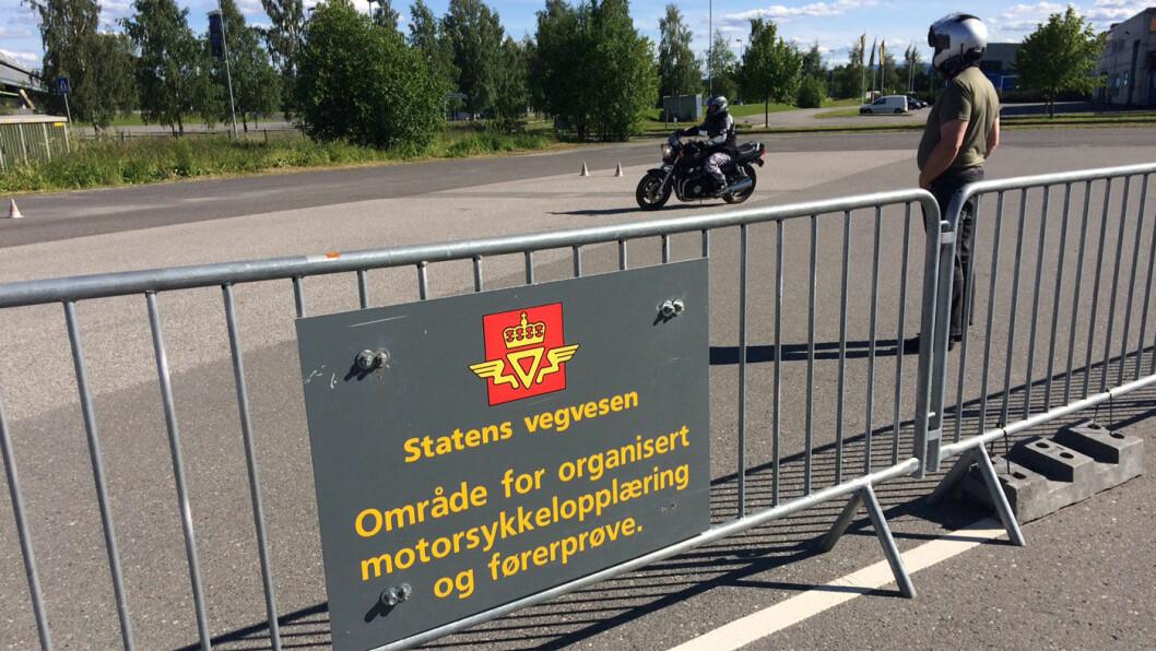FERIETRØBBEL: Når trafikkstasjonen i nabobyen Elverum stenger blir det økt pågang her på Hamar trafikkstasjon. Foto: Geir Røed