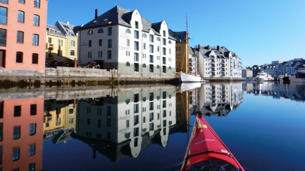 FRAM MED PADLEÅRA: Ålesund er en by det er lett og fint å oppleve fra en kajakk.
