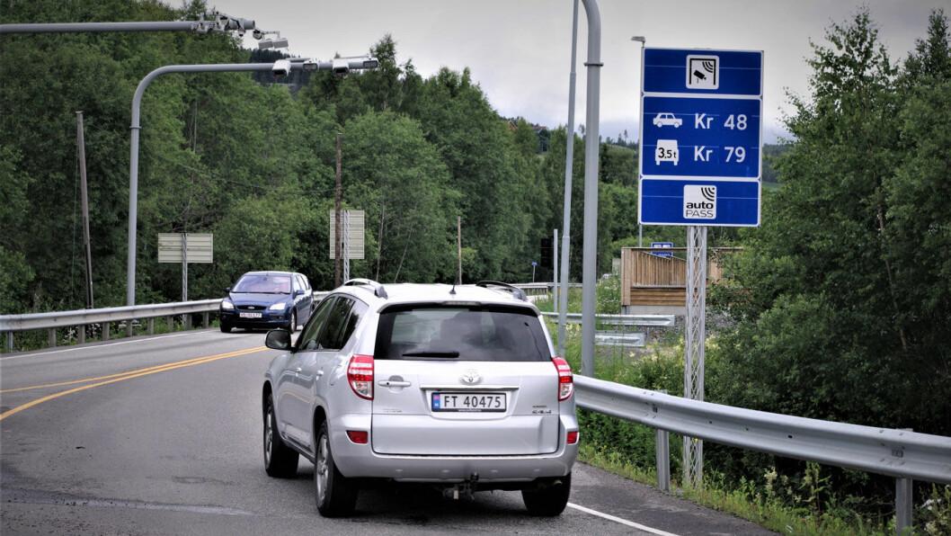 BOMPENGER: Så mye koster det å kjøre den nye riksvei 4 på Hadeland. 48 kroner for lette kjøretøy og 79 kroner for tunge kjøretøy. Foto: Geir Røed