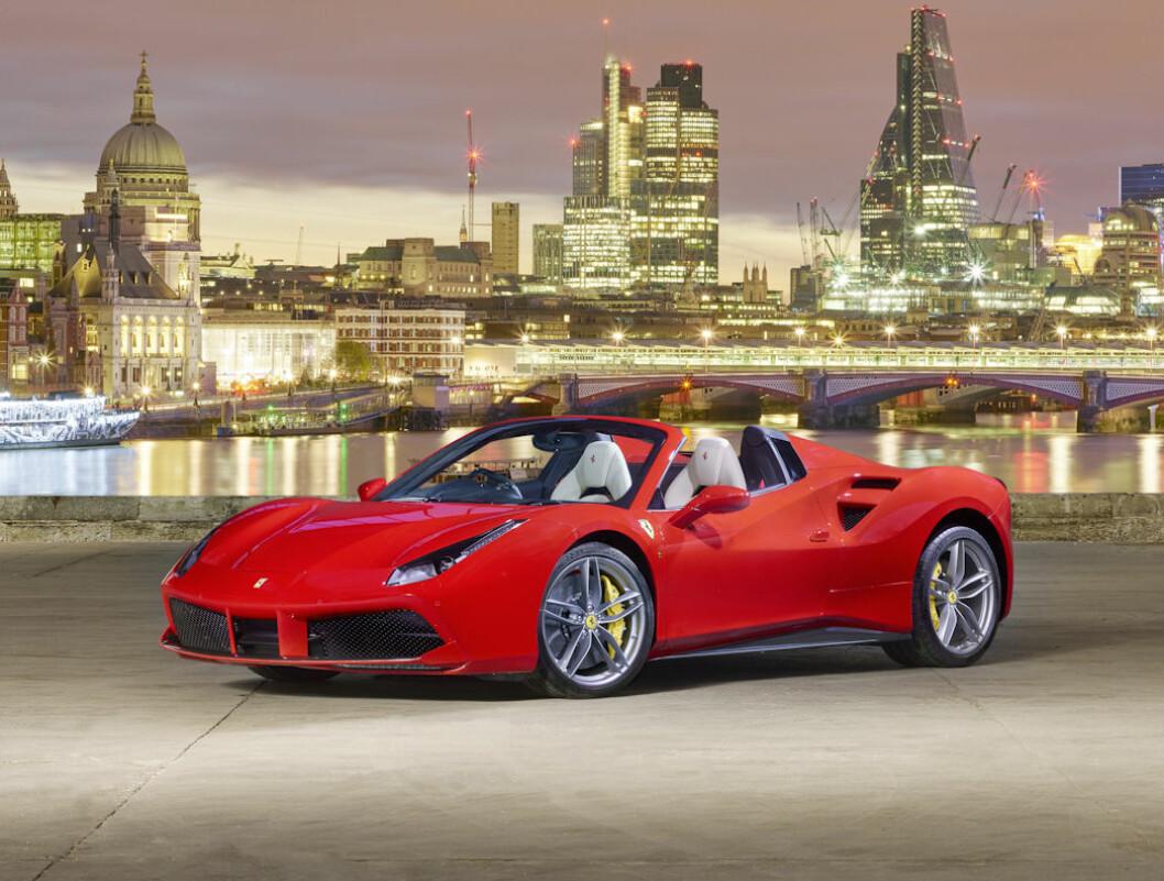 FERRARI PÅ TOPP: Ferrari 488 er den mest solgte superbilen i Europa så langt i år. Totalt planlegger Ferrari å bygge 9.000 biler i året i 2019. Kjøperne står i kø. Foto: Ferrari