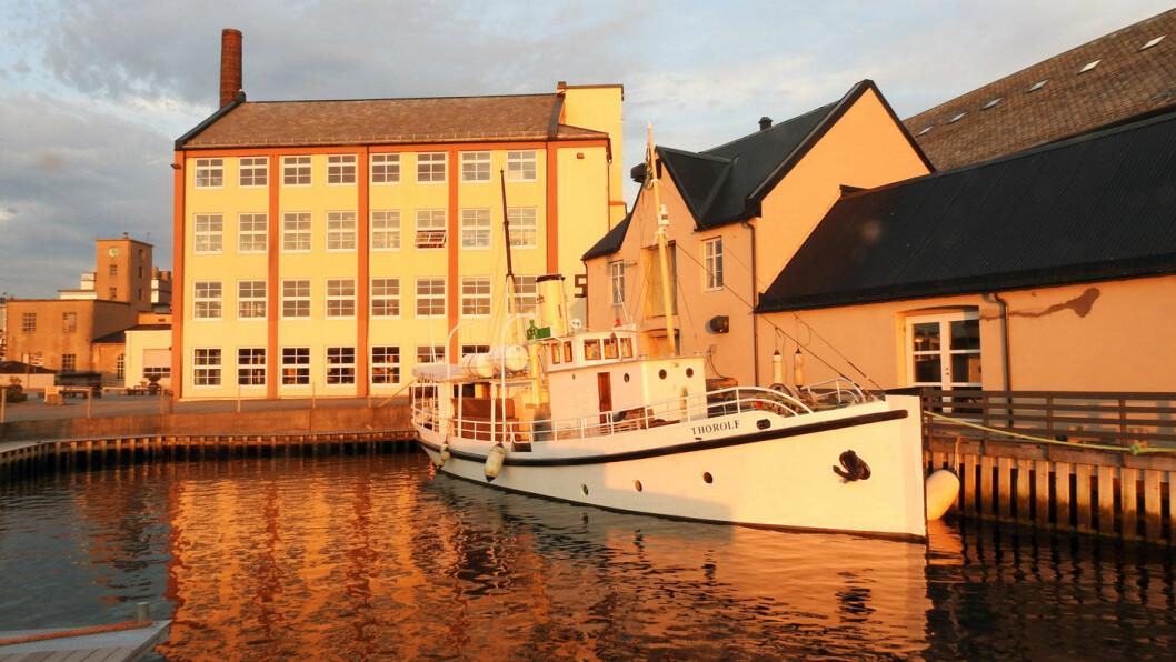 BEDRIFTSHISTORIE: Fabrikklokalene til O.A. Devolds Sønner i Langevåg med dampskipet «Thorolf» ved kai. Fra 1911 ble DS «Thorolf» brukt som salgsbåt langs norskekysten.